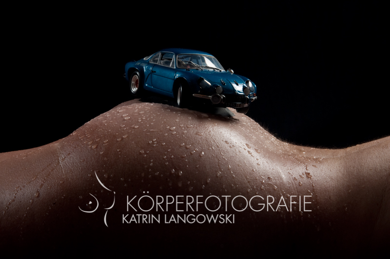 Aktfotografie Hamburg Eimsbüttel Frau Akt Auto auf Po