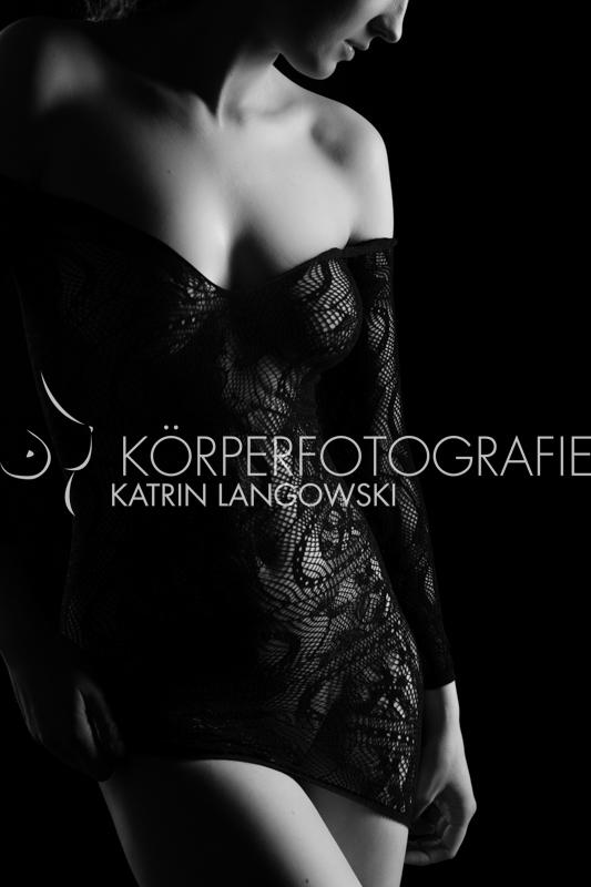Aktfotografie Hamburg Eimsbüttel Frauenakt im Netzkleid