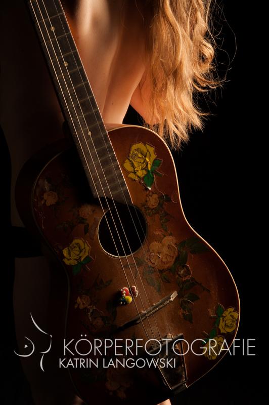 Frauenakt mit Gitarre